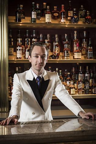 Barman, který chodí se zákazníkem